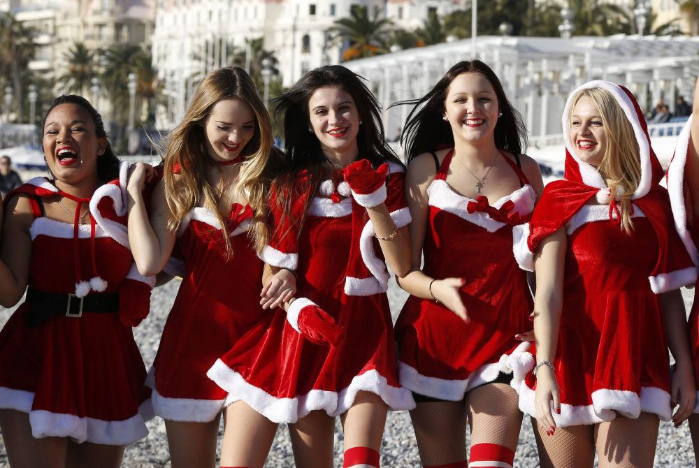 الفتيات في لباس عيد رأس السنة في مدينة نيس، فرنسا