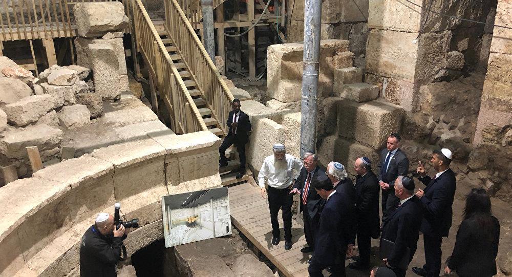 جون بولتون تحت المسجد الأقصى