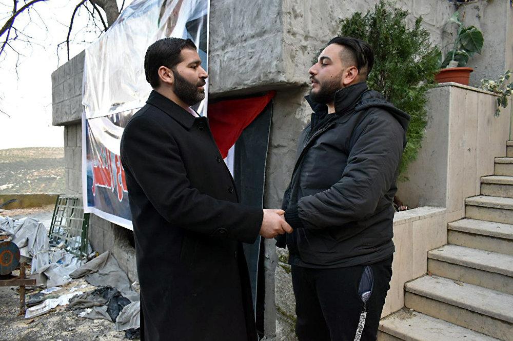 عائد من الموت.. جندي سوري يخرج من نعش جنازته فيصدم مشيعيه