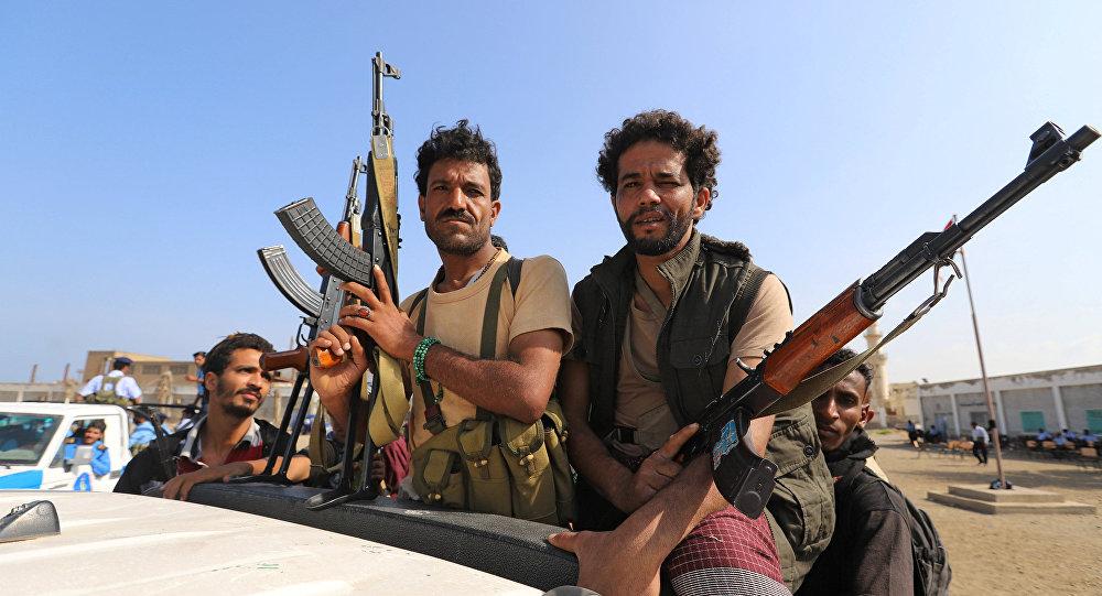 مسلحون من الحوثيين يركبون شاحنة أثناء انسحابهم، جزءا من اتفاقية سلام برعاية الأمم المتحدة وقعت في السويد