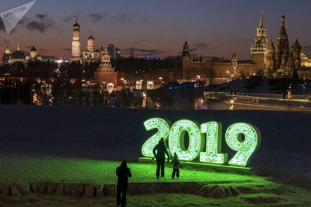 زوار في حديقة زارياديه في موسكو