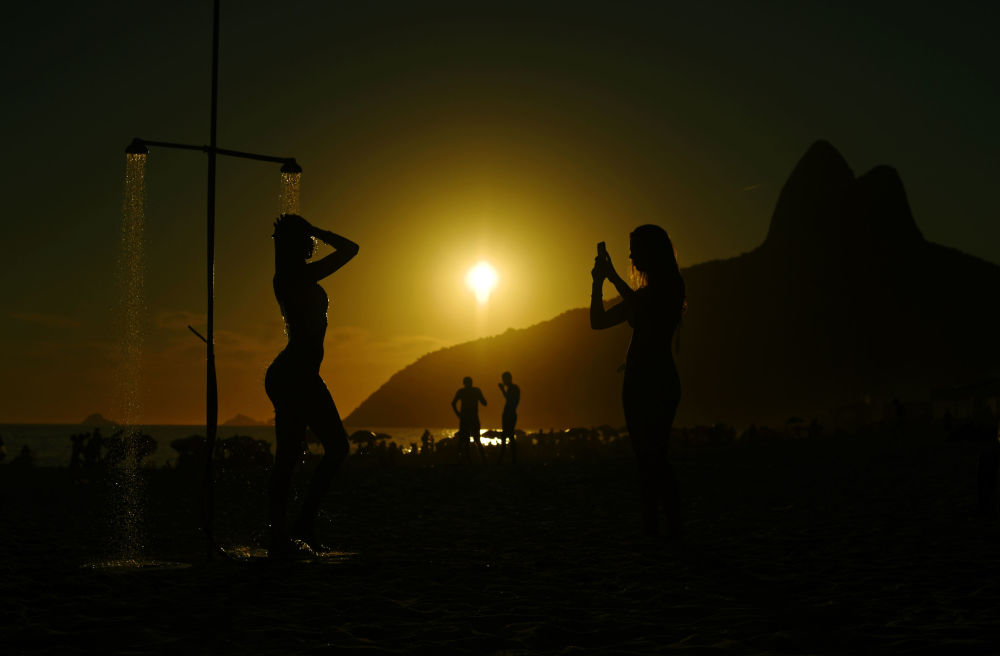مصطفاون على شاطئ إبانيما، ريو دي جانيرو، البرازيل 8 يناير/ كانون الثاني 2019