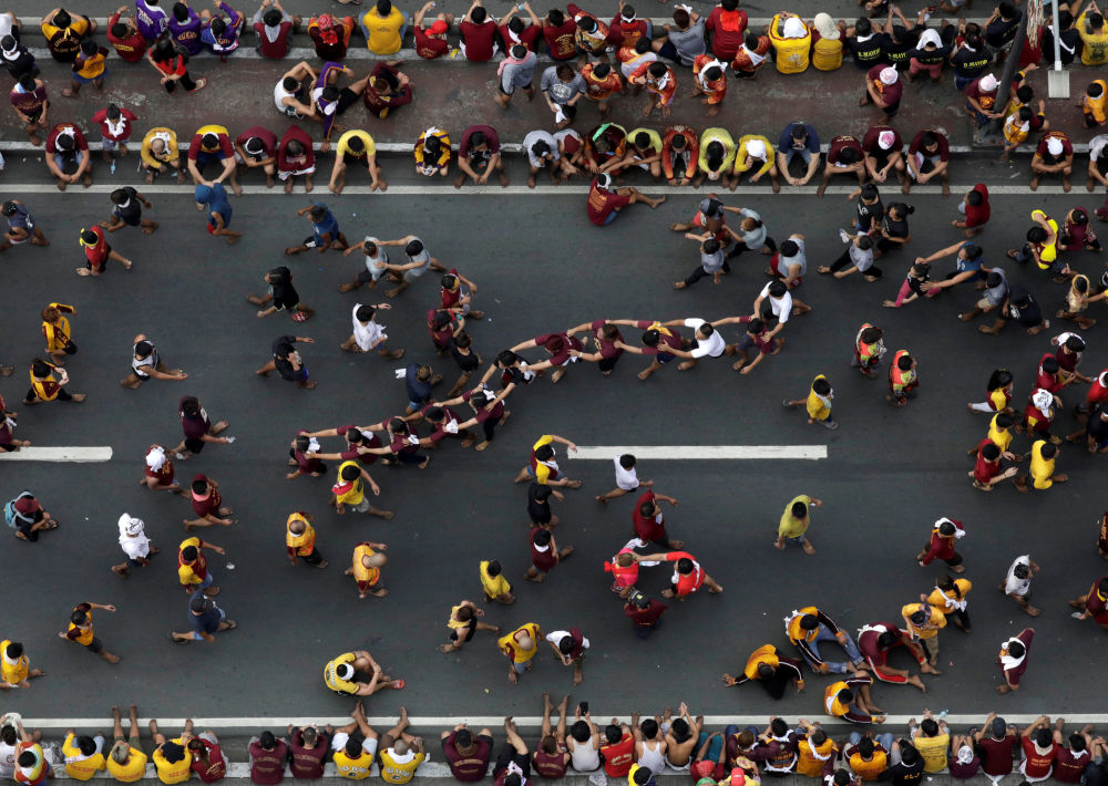 الكاثوليكيون يصطفون من أجل الاقتراب من نصب تذكاري لـالناصري الأسود، خلال المسيرة السنوية في يوم العيد في مانيلا، الفلبين، 9 يناير/ كانون الثاني 2019