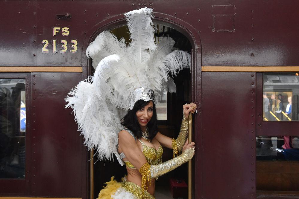 إحدى المعجبات بالمغني إلفيس بريسلي تنتظر الصعود إلى القطار Blue Suede Express في المحطة المركزية في سيدني، أستراليا ، في 10 يناير/ كانون الثاني 2019. وذلك لإحياء مهرجان إلفي بريسلي السنوي