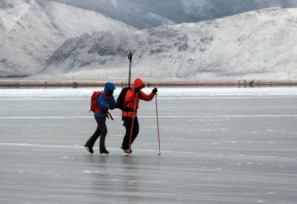 سائحان يتزلجان على بحيرة بايكال