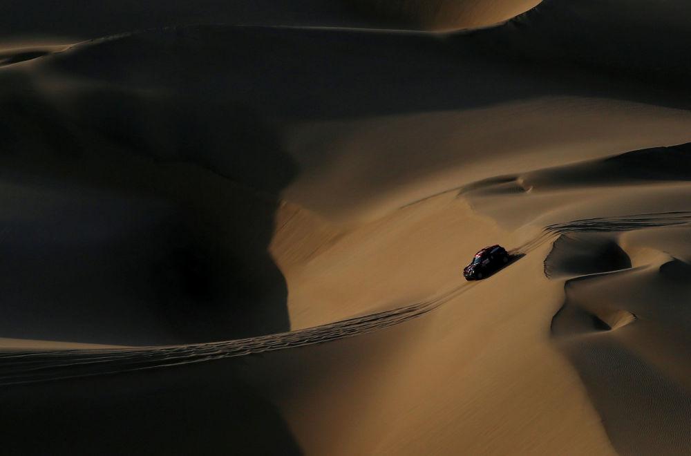 فريق الأرجنتين - سائق مركبة X-Raid  الأرجنتيني أورلاندو تيرانوفا ومساعده بيرناردو غراو، خلال المرحلة الثانية من سباق رالي داكار 2019 بين بيسكو وسان خوان دي ماركونا، بيرو 8 يناير/ كانون الثاني 2019