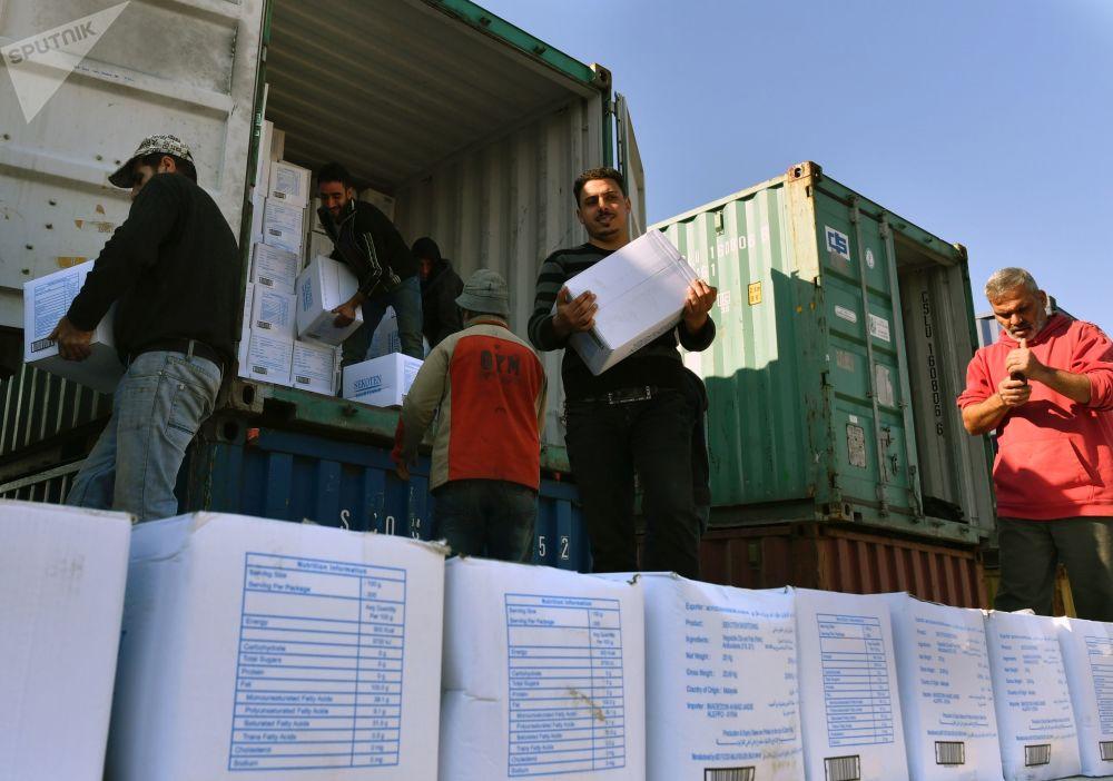 إفراغ حاويات البضائع في ميناء اللاذقية