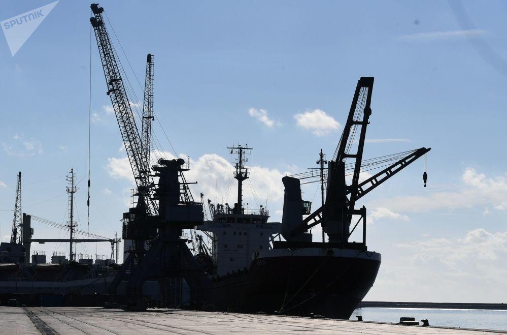 سفن شحن عملاقة في ميناء اللاذقية