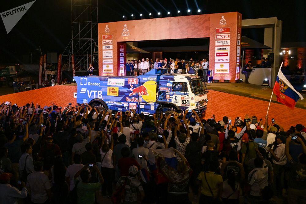 مشجعو الفريق الروسي كاماز-ماستير المشارك في سباق رالي داكار 2019 في بيرو: سائقي الفريق: دميتري سوتنيكوف، ودميتري نيكيتين، وإلنور موستافين