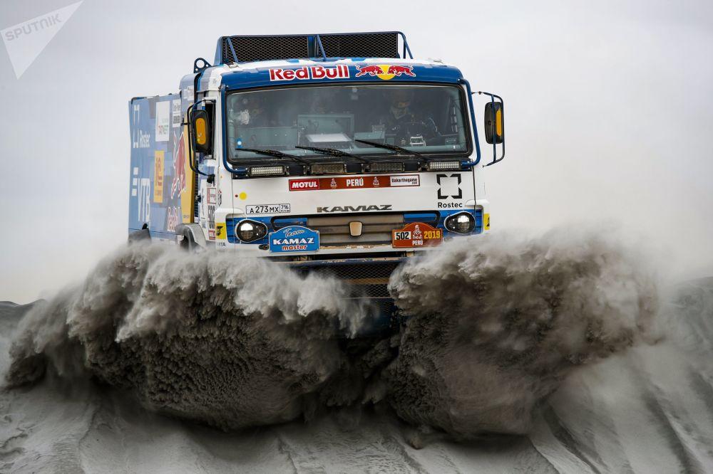 فريق روسيا كاماز-ماستير المشارك في سباق رالي داكار 2019 في بيرو، والسائقين الروس: آيرات ماردييف ودميتري سفيستونوف وأحمد غالياأوتينوف، خلال المرحلة الرابعة في فئة قيادة الشاحنات بين أريكيبا وتاكنا