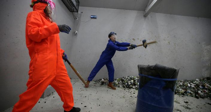 غرفة الغضب في بكين - شخصان يحطمان زجاجات، الصين 12 يناير/ كانون الثاني 2019