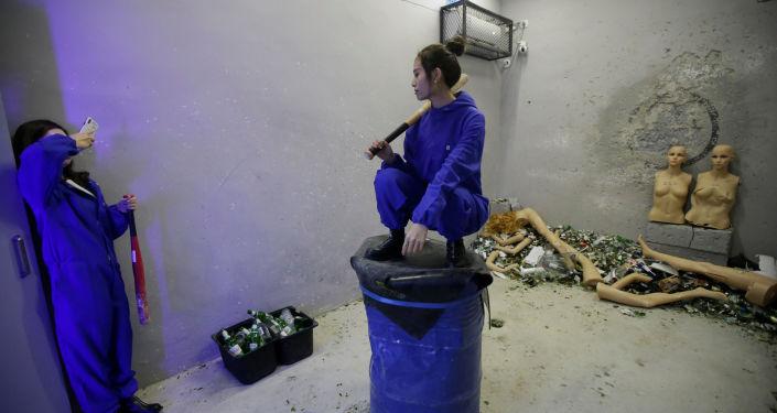 غرفة الغضب في بكين - فتاة تلتقط صورة تذكارية لرفيقتها، الصين 12 يناير/ كانون الثاني 2019