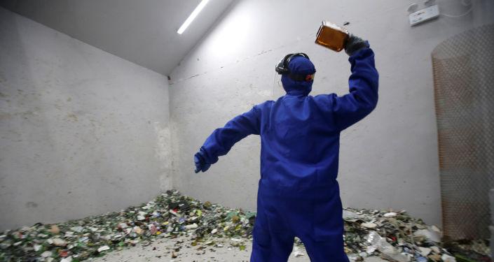 غرفة الغضب في بكين - شخص يحطم زجاجة، الصين 12 يناير/ كانون الثاني 2019