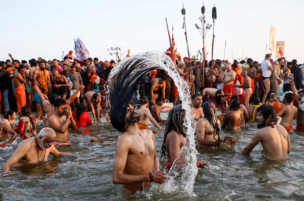 هندوسي يغتسل في نهر الغانج المقدس