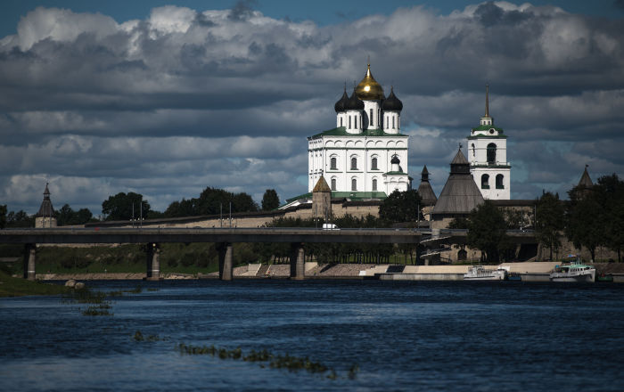جسر يمر فوق نهر فيليكايا على خلفية كتدرائية سفياتو-ترويتسكي الموجودة على أراضي كرملين بسكوف