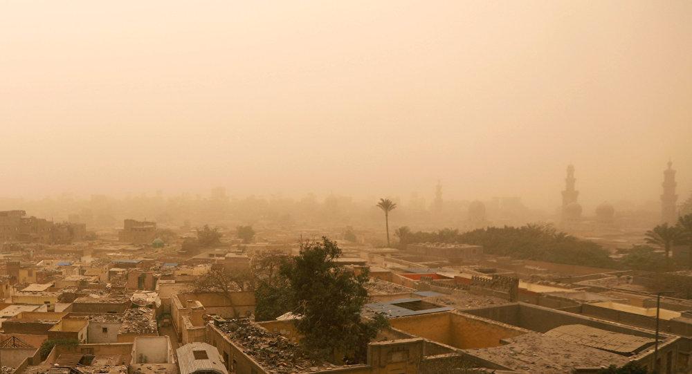 منظر عام للمقابر خلال عاصفة رملية في القاهرة