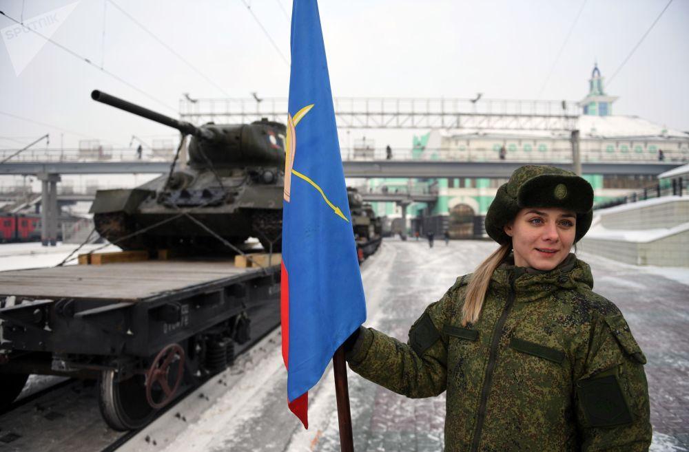 عودة الدبابة العريقة تي - 34 إلى الوطين. تشيتا، روسيا. كانت في السابق في خدمة جيش لاوس. سلّمت لاوس روسيا 30 دبابة من طراز تي-34.