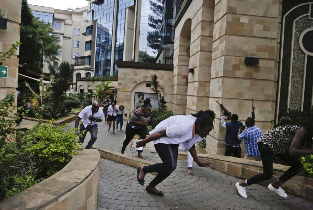 أشخاص يفرون من هجوم إرهابي على فندق في نيروبي، كينيا 15 يناير/ كانون الثاني 2019