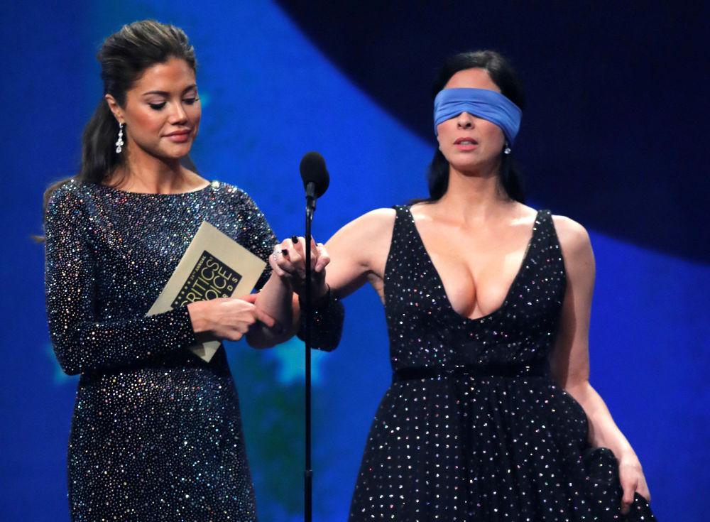 الممثلة ساره سيلفرمان تخرج معصومة العينين إلى المنصة لتستلم جائزة Critics Choice Awards، كاليفورنيا، الولايات المتحدة الأمريكية 13 يناير/ كانون الثاني 2019