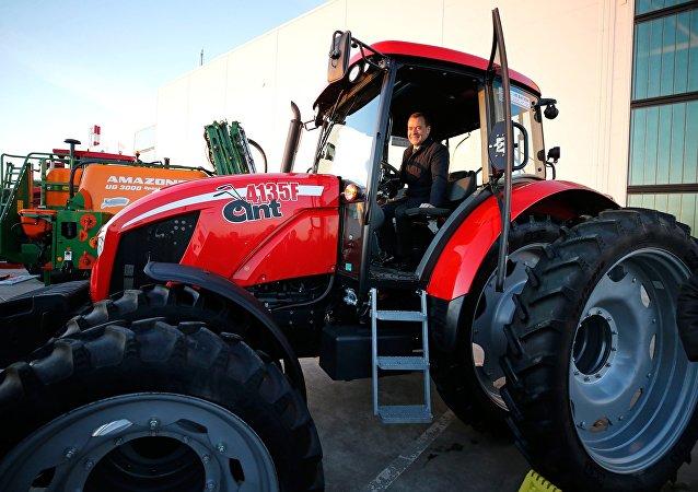 رئيس وزراء روسيا دميتري ميدفيديف يتفقد منتجات مصنع الآلات في مدينة كراسنودار