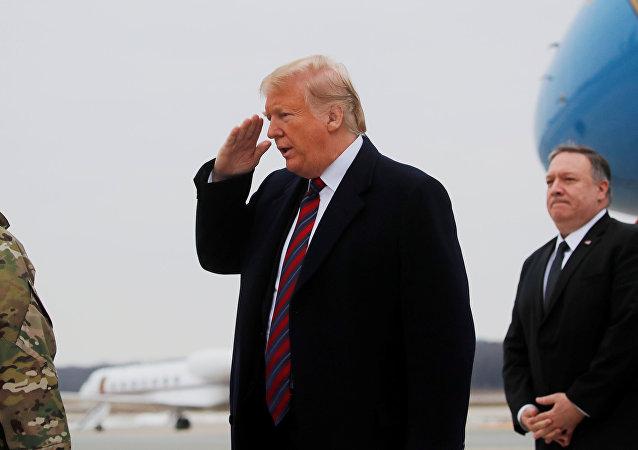 ترامب يحيي الرقيبة دانييل هرميلا قائد عمليات القوات الجوية للقوات المسلحة في قاعدة دوفر الجوية أثناء مشاركته مع وزير الخارجية مايك بومبيو في مراسم نقل جثامين أربعة من العسكريين والمواطنين الأمريكيين قُتلوا خلال هجوم وقع مؤخراً في سوريا