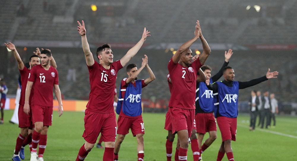 فرحة لاعبي منتخب قطر عقب تغلبهم على السعودية