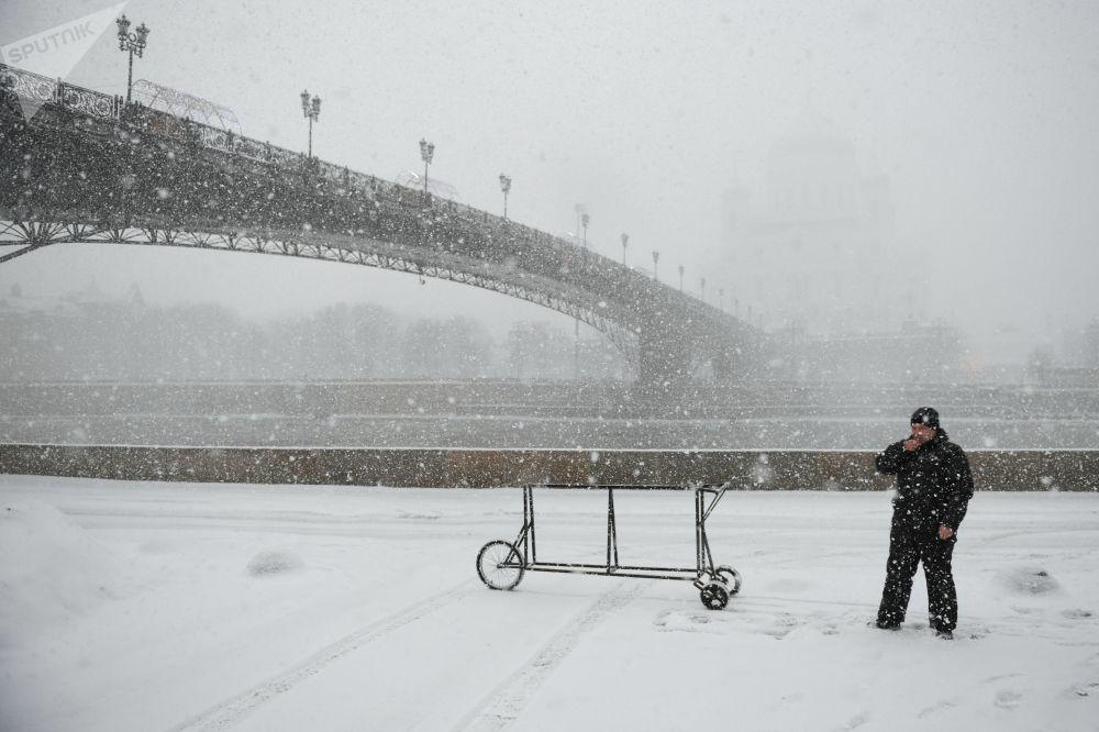 جسر باتريارشي المؤدي إلى كتدرائية المسيح المخلص خلال تساقط ثلوج كثيفة في موسكو