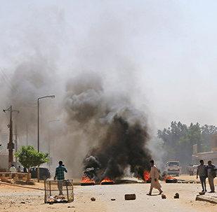 متظاهرون سودانيون يحرقون إطارات بالقرب من منزل أحد المتظاهرين الذي توفي جراء إصابته بعيار ناري خلال مظاهرات مناهضة للحكومة في الخرطوم