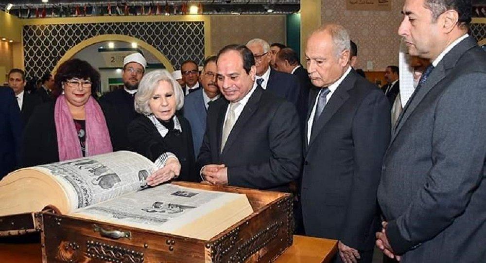 السيسي يتفقد جناح جامعة الدول العربية خلال افتتاحه معرض القاهرة الدولي للكتاب