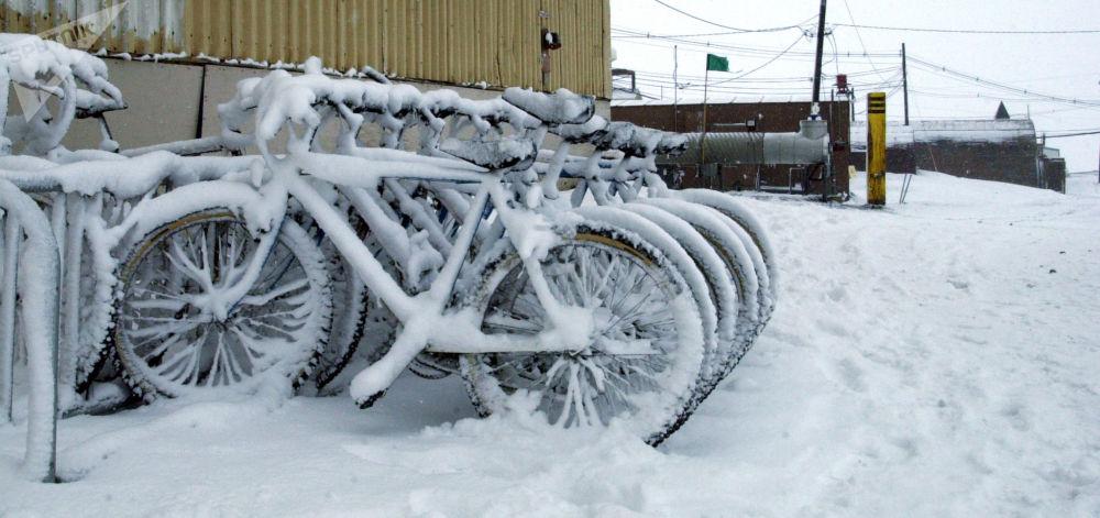غطت عاصفة ثلجية صيفية تغطي الدراجات الهوائية بطبقة ثلجية في موقف بالقرب من المنزل رقم 155 في محطة القطب الجنويبي ماك موردو