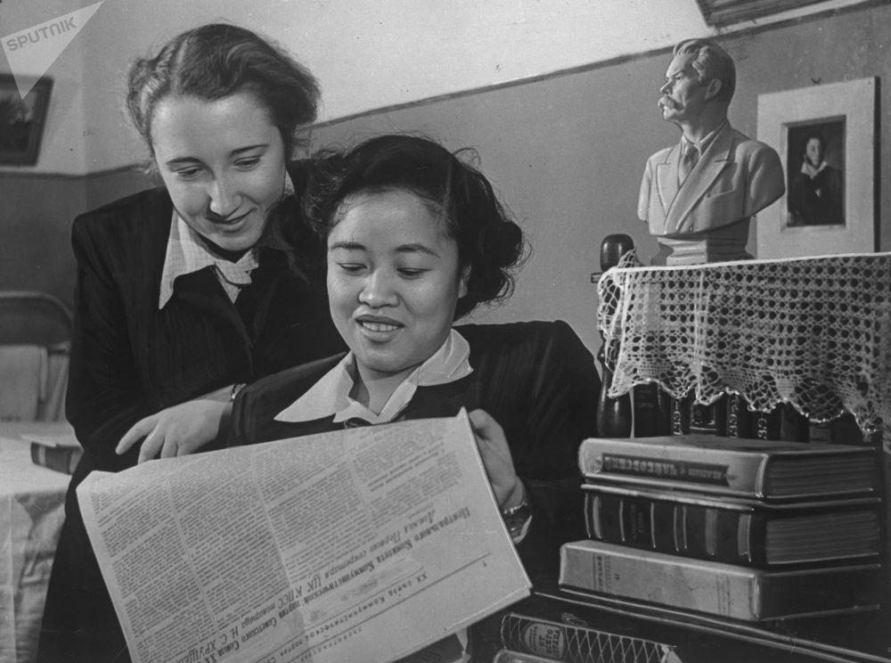 الطالبتان ل. كوستيوتشوك وبن بين، في كلية الآداب واللغة الروسية  في معهد لينينغراد للتربية