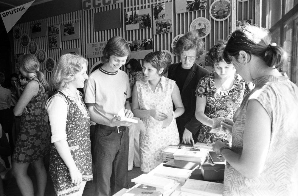 طلاب اللغة الروسية من المملكة المتحدة البريطانية، في المركز العلمي والمنهجي للغة الروسية بجامعة موسكو الحكومية  باسم لومونوسوف (منذ عام 1974 - معهد اللغة الروسية باسم بوشكين))
