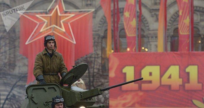 العرض العسكري بمناسبة العرض الأسطوري 7 نوفمبر/ تشرين الثاني 1941، جندي على دبابة تي-60