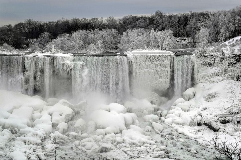 شلالات نياجرا، تصاعد البخار حول الجليد، نظرا لانخفاض درجات الحرارة إلى تحت الصفر المئوي، أونتاريو، الجانب الكندي، 22 يناير/ كانون الثاني 2019