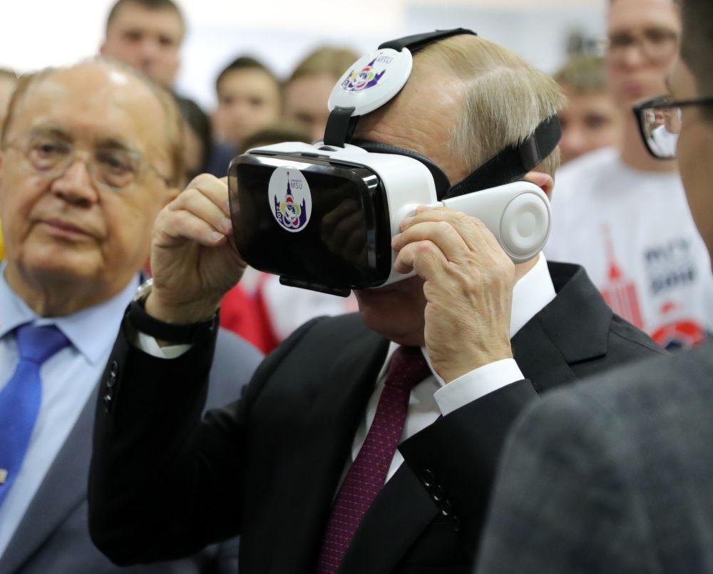 الرئيس الروسي فلاديمير بوتين خلال لقاءه مع الطلاب، ومع فيكتور سادوفنيتشي، رئيس جامعة موسكو باسم لومونوسوف