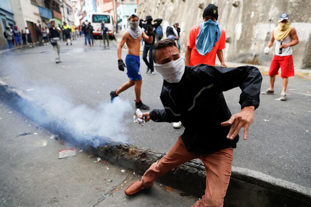 احتجاجات عارمة في أنحاء فنزويلا، واشتباكات بين المتظاهرين وأفرا الحرس الوطني في كاراكاس، 21 يناير/ كانون الثاني 2019