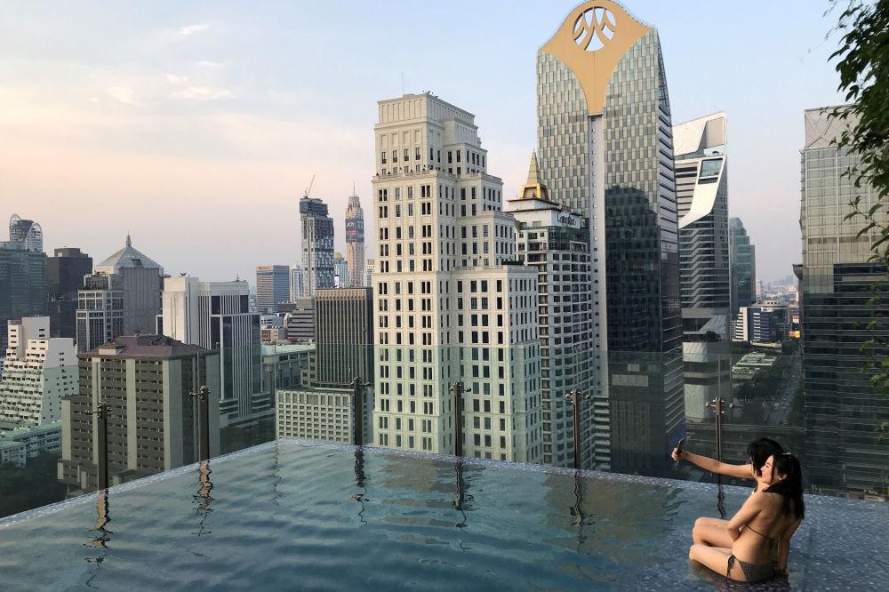 سياح في بركة مياه على سطح فندق قي بانكوك، تايلاند 21 يناير/ كانون الثاني 2019