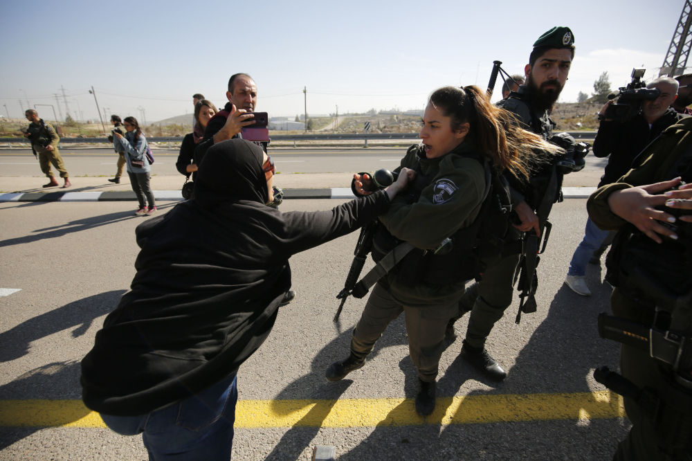 احتجاجات على افتتاح طريق 4370 المؤدي إلى القدس، سمي بطريق الجدار الفاصل، لأنه يفصل ممرات السيارات إلى فلسطينية وإسرائيلية، الضفة الغربية  23 يناير/ كانون الثاني 2019