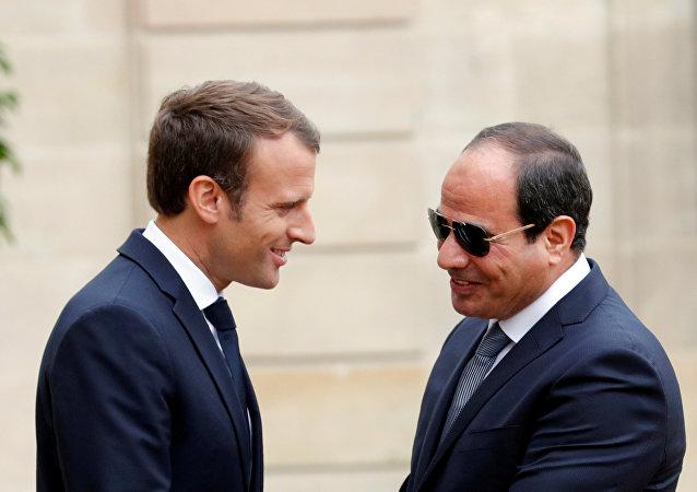 الرئيس الفرنسي إيمانويل ماكرون يستقبل نظيره المصري عبد الفتاح السيسي في قصر الإليزيه في باريس