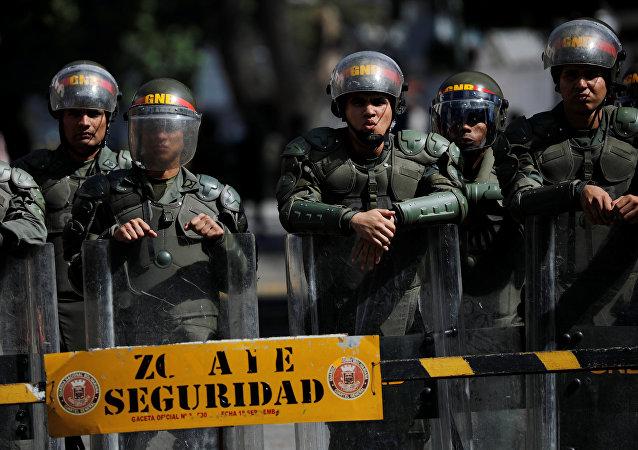 قوات الأمن تحرس مدخل مبنى عسكري في وسط مدينة كراكاس في فنزويلا