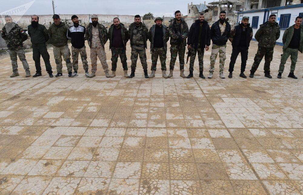 تدريبات لعسكريين سوريين ووحدات الدفاع االوطني السوري، تحت إشراف خبراء عسكريون روس، في أحد معسكرات التدريب في سوريا