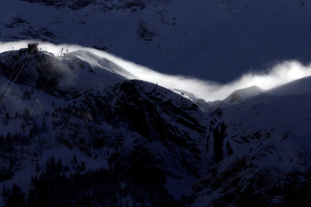 رياح تعصف فوق قمم جبال إنغستليجين الب بالقرب من أدلبودن، سويسرا 12 يناير/ كانون الثاني 2019