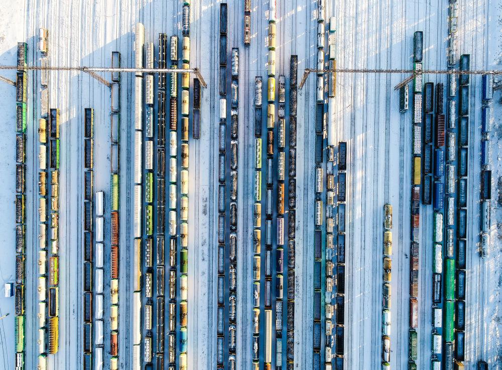 قطارات الشحن تقف في محطة بيكاسوفو-سورتيروفوتشنويه