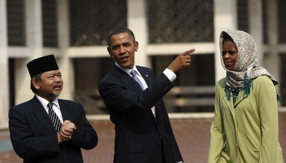ميشيل أوباما، زوجة الرئيس الأمريكي السابق باراك أوباما، خلال زيارتهما إلى المسجد الكبير علي مصطفى يعقوب في جاكارتا، إندونيسيا 10 نوفمبر/ تشرين الثاني 2010