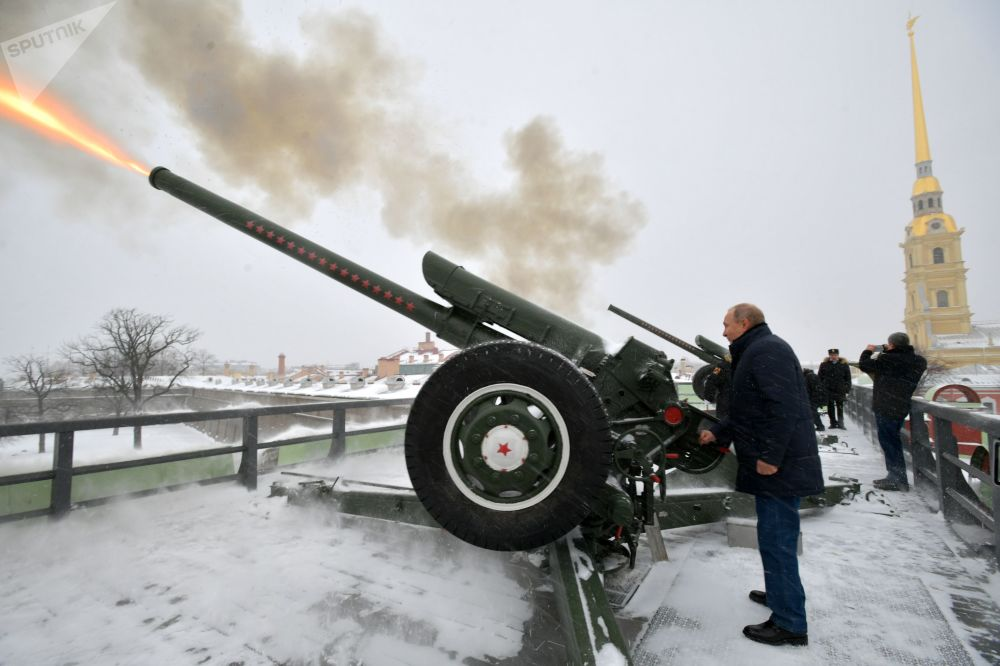 الرئيس فلاديمير بوتين يطلق المدفع التقليدي في منتف النهار خلال زيارته لقلعة بطرس وبولس في سانت بطرسبورغ الروسية، 7 يناير/ كانون الثاني 2019