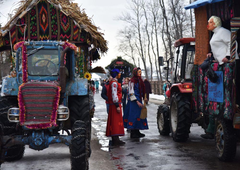 مشاركون في مهرجان مالانكي (أو ميلانكا) في قرية فاشكوفتسي في منطقة تشيرنوفيتسك. مالانكا - عيد تقليدي قديم يقام عشية رأس السنة الجديدة على الطريقة القديمة، في يوم القديسين باسيل وميلانيا.