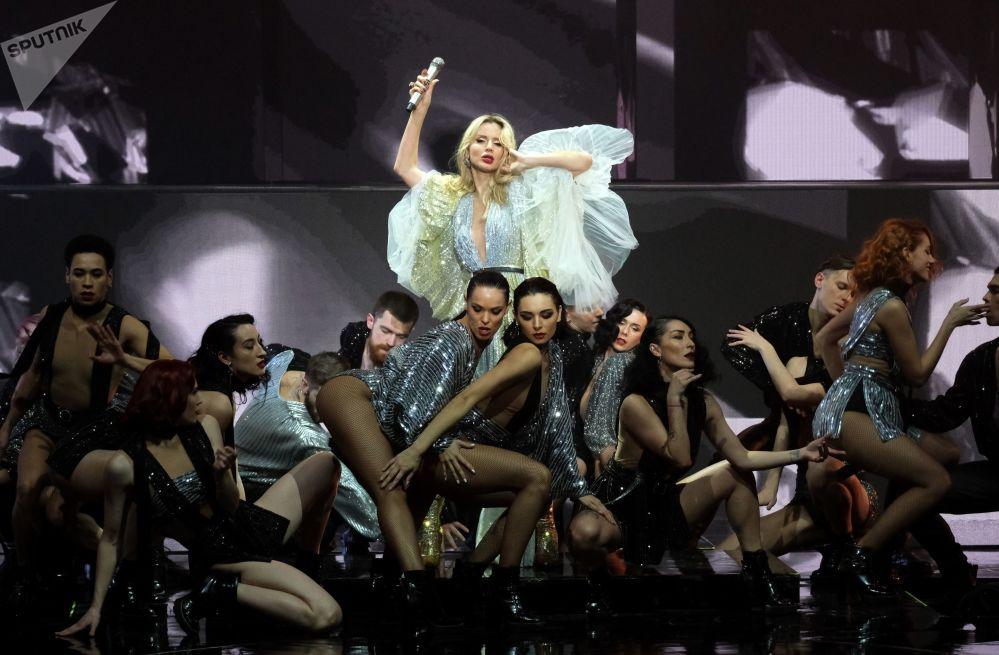 المغنية الروسية لوبودا (SuperStar) في حفل غنائي سوبر ستار في قاعة كروكوس سيتي هول في موسكو