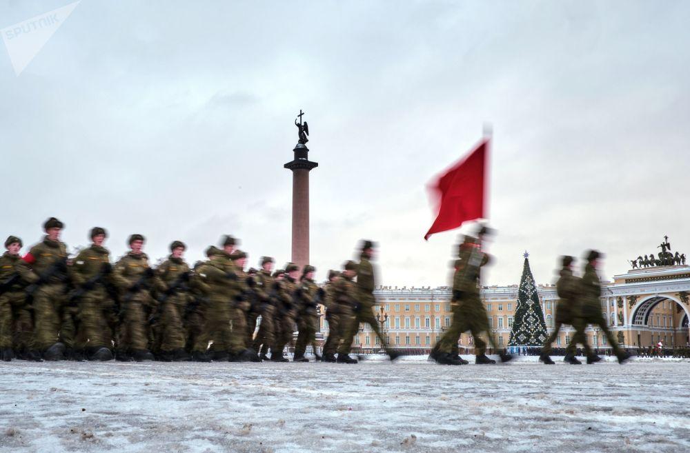 المشاركون في بروفة العرض العسكري بمناسبة مرور الذكرى الـ 75 لكسر حصار لينينغراد في سان بطرسبورغ
