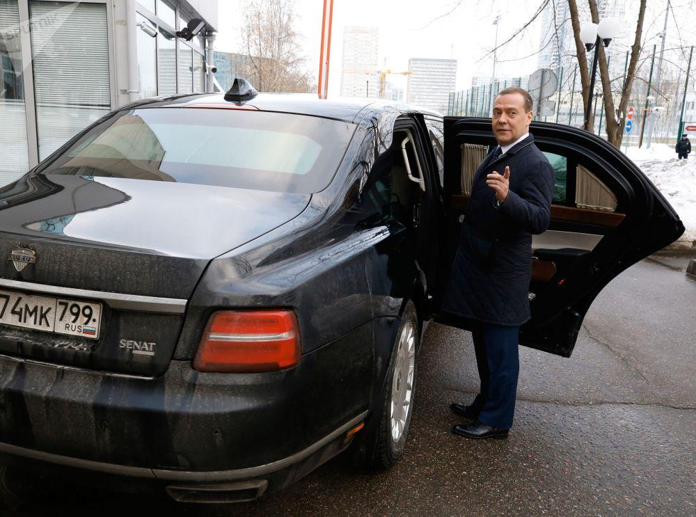 رئيس الوزراء الروسي دميتري ميدفيديف لدى دخوله إلى سيارة الليموزين أوروس (مشروه كورتيج)، 15 يناير/ كانون الثاني 2019