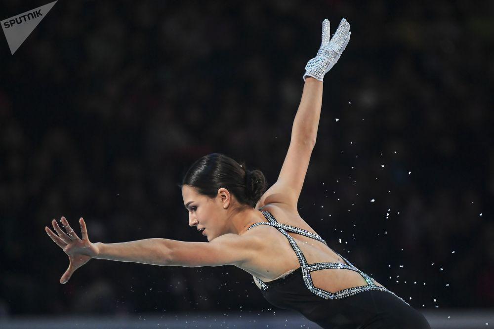 الروسية ستانيسلافا كونستانتينوفا خلال فقرة فنية في إطار بطولة أوروبا للتزلج الفني على الجليد في مينسك، بيلاروسيا